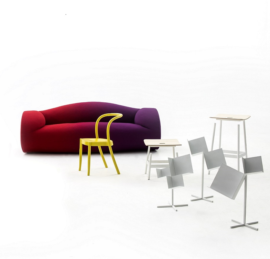 רהיטים שעיצב Jörg Schellmann, לצידם יוצגו יצירות אומנות של דונלד ג׳אד, סינדי שרמן ועוד.