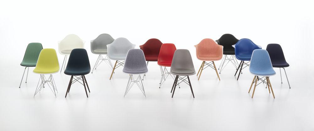 המערכת הצבעונית שעיצבה הלה יונגריוס לכסאות הפלסטיק של אימס בעבור ויטרה