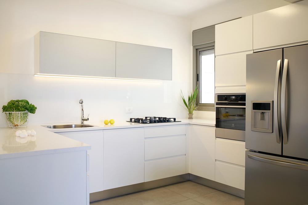 המטבח הוא רקע לכל החיים שאנחנו מכניסים לבית. עיצוב: דנה שקד