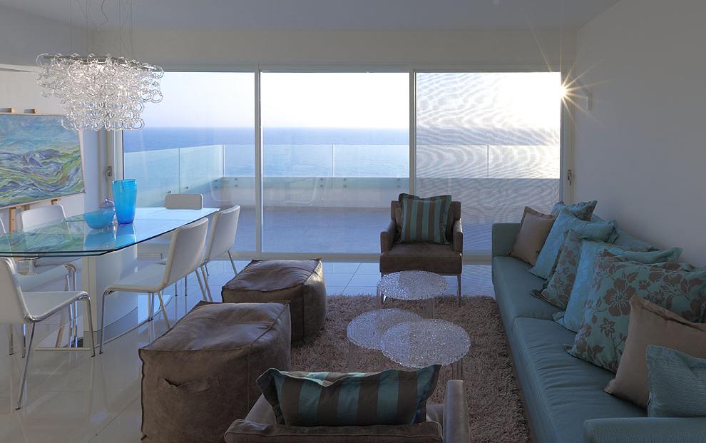 מסתכלת על הנוף, על האור, מנסה לדמיין את האווירה של הבית. צילום: עוזי פורת
