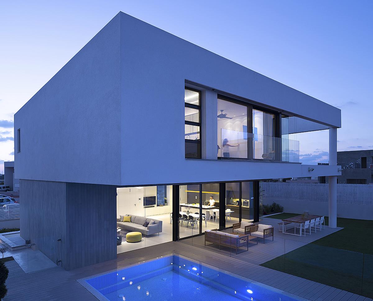 ההצללה טבעית והאור נכנס לתוך הבית בצורה נעימה ולא ישירה. צילום: שי אפשטיין