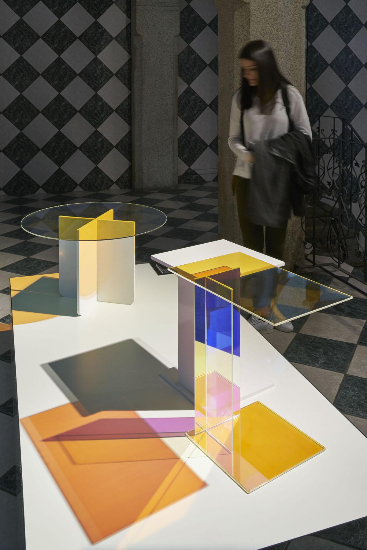 השולחנות של Kukka מתוך התערוכה של מגזין Frame. צילום: Alberto Ferrero