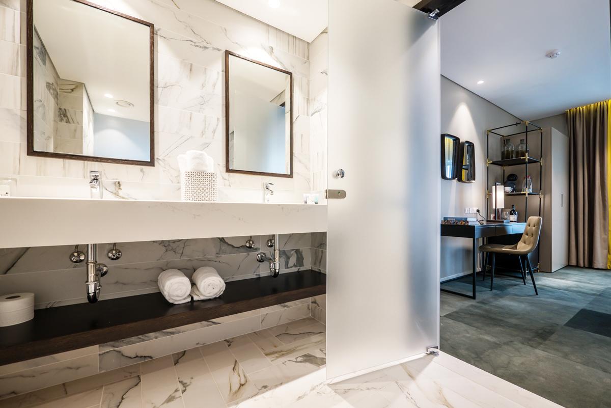 מקלחת בחדר שינה, מלון גולדן קראון חיפה. צילום: איתי סיקולסקי