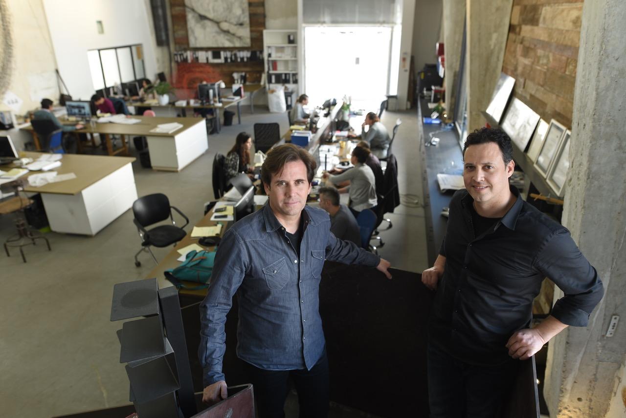 אדריכלים יואש ינקוביץ (מימין) ומרק טופילסקי במשרדם