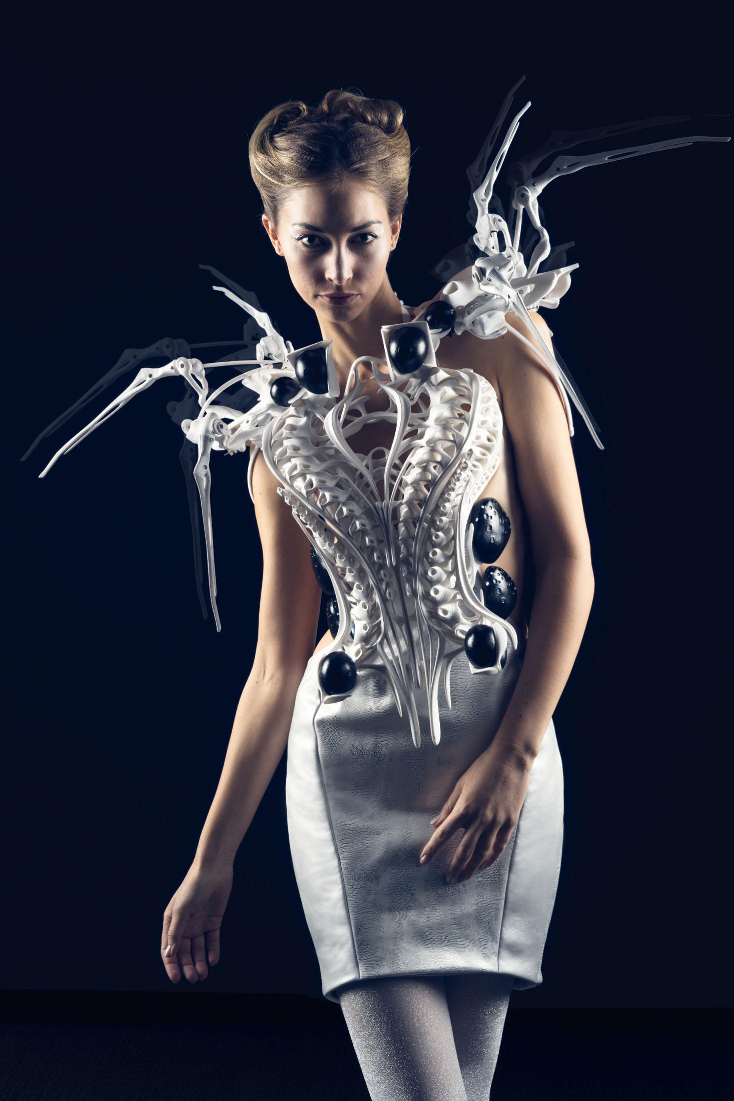 שמלת העכביש של Anouk Wipprecht. צילום: מוזיאון העיצוב של ויטרה